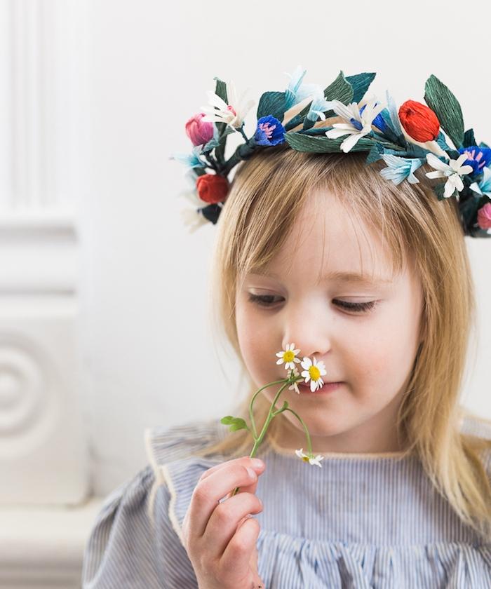 couronne de fleurs en papier, idée pour réaliser une fleur en papier crepon soi meme, accessoire cheveux petite fille, fleurs artificielles de différentes couleurs