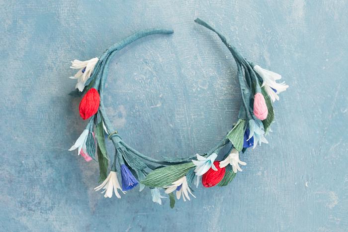 idée comment faire une couronne de fleurs, tuto fleur papier crepon, une couronne colorée couleur verte, rouge, rose et violet