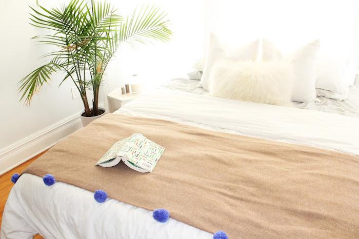 couverture de lit marron décorée de pompons violets, linge de lit blanc, idée de cadeau a faire soi meme pas cher