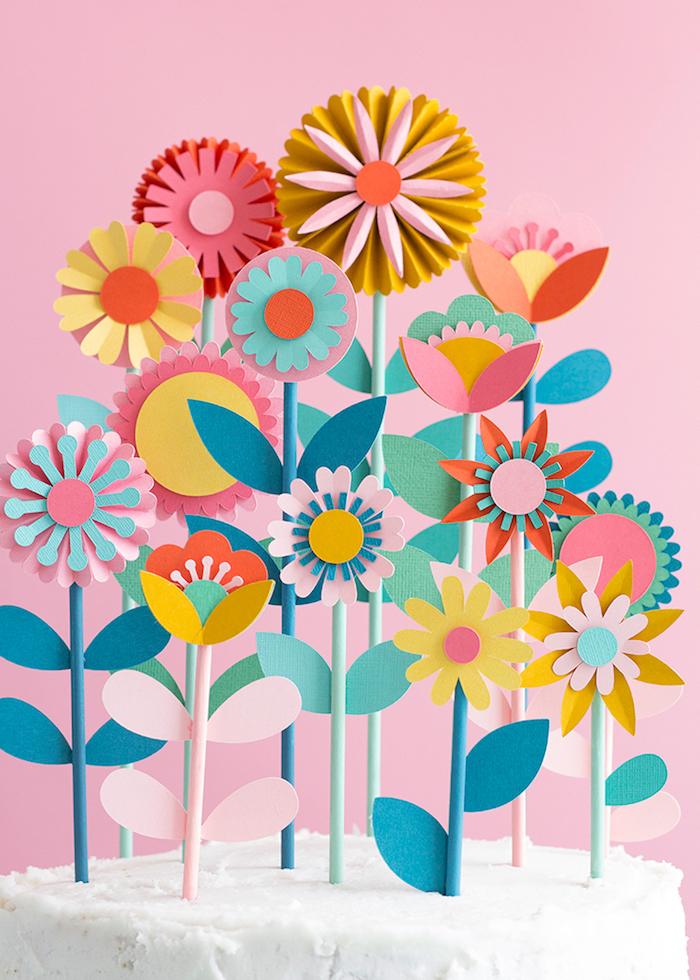 idée comment faire des fleurs en papier. tiges en pailles et fleurs en papier tons pastel, decoration gateau originale
