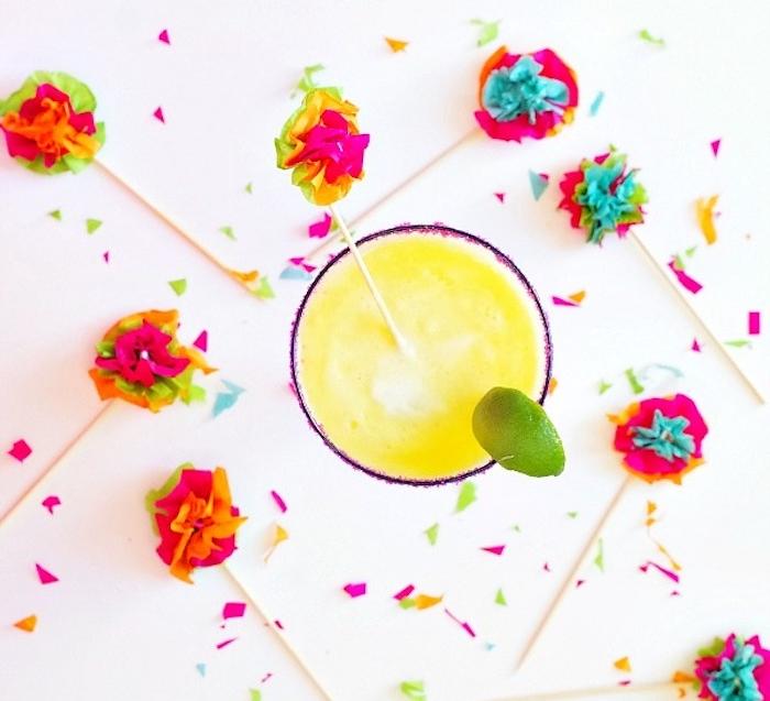 fleur en papier facile, des feilles froissés colorées et collés sur un baton en bois pour constituer des touillettes cocktail simples
