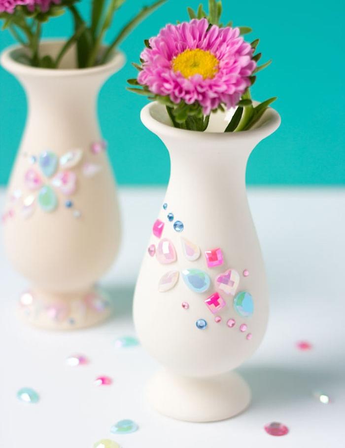 vase blanc simple customisé de pierres et perles colorées et brins de fleurs dedans, cadeau pour la fête des mères a fabriquer