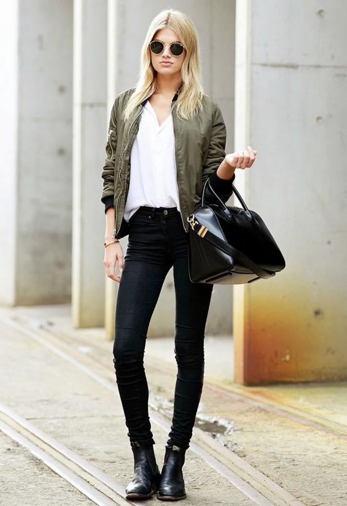 association couleur vetement, tenue en pantalon slim noir et chemise blanche combinés avec bottines en cuir noir