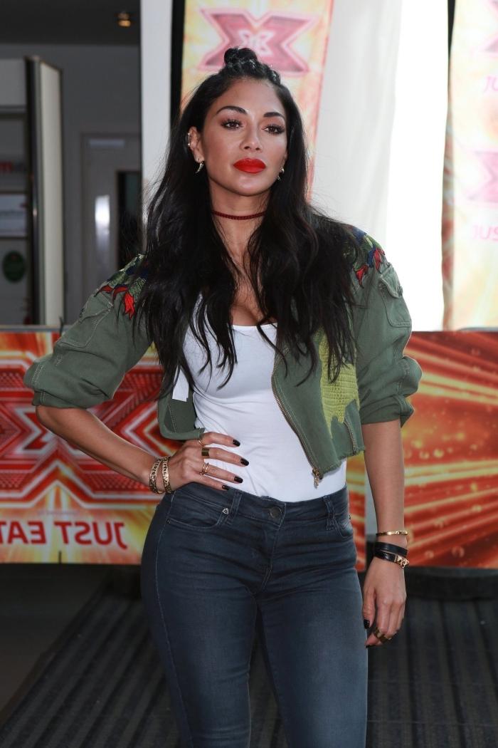 comment s'habiller comme une vedette, Nicole Scherzinger habillée en jeans foncés et veste courte kaki