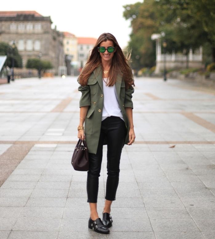 comment bien s habiller en couleurs neutres, femme en pantalon noir et chemise blanche