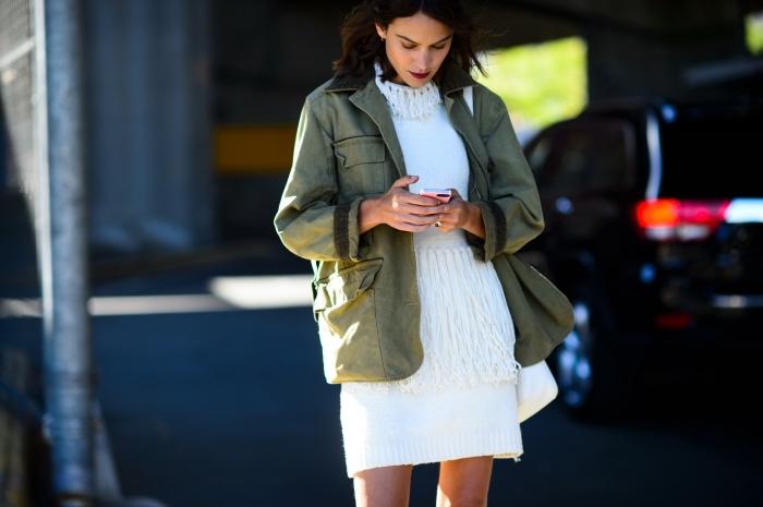 Couleur veste avec robe blanche