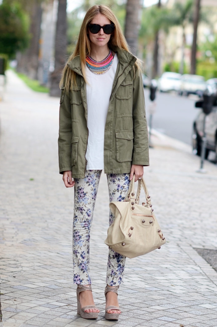 association couleur vetement, pantalon beige à design florale combiné avec blouse blanche et sandales gris