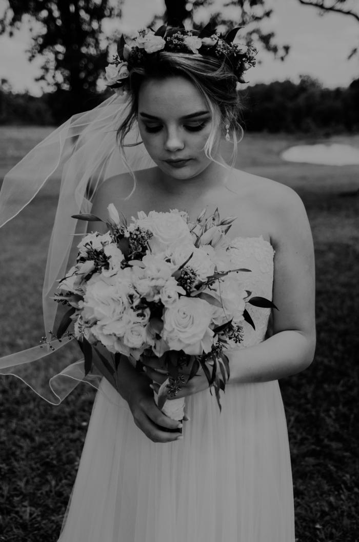 Adorable coiffure de mariée idée coiffure mariee romantique photo noir et blanc