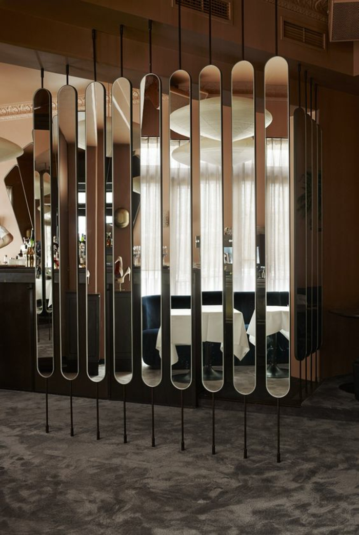 separation verriere, miroir ovales et parties métalliques, sol recouvert de moquette en couleur taupe, plafond en blanc