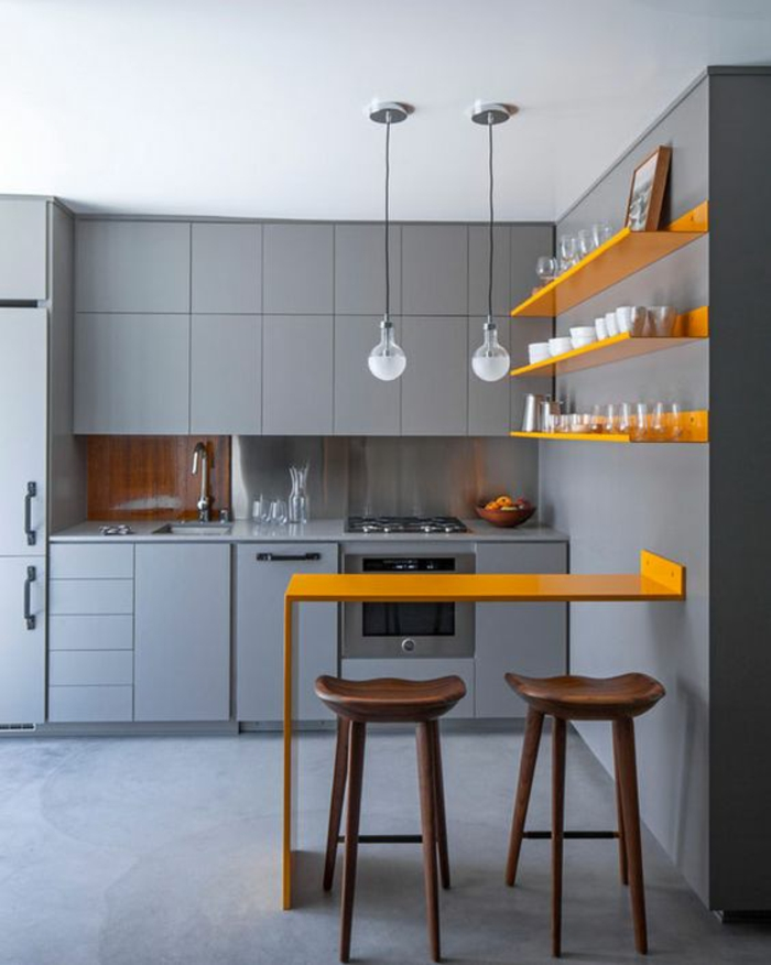 cuisine intégrée, plan de bar en bois PVC peint en jaune et des étagères en bois PVC peintes en jaune, meubles et mur en gris pastel