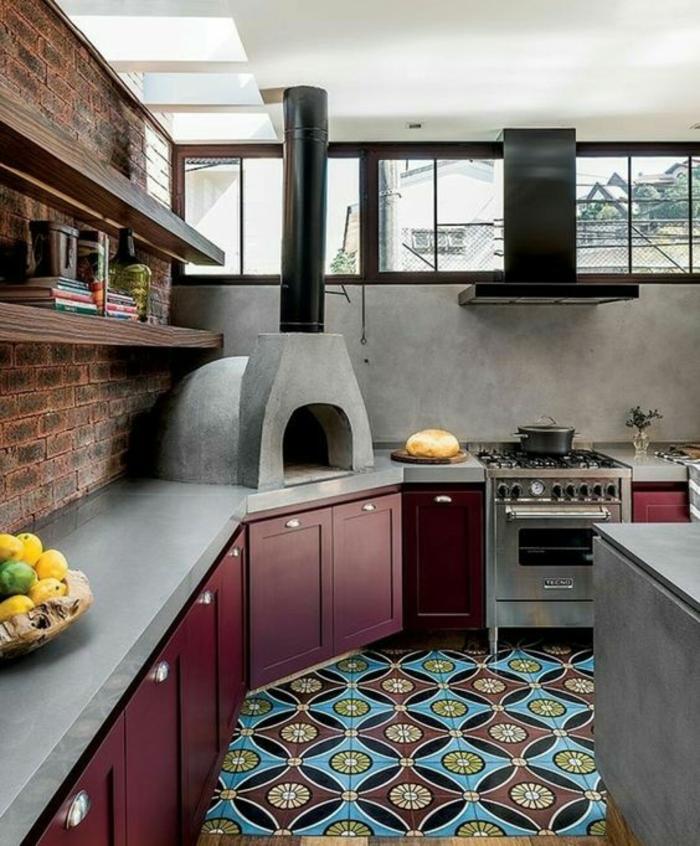 cuisine petit espace, avec carrelage en bleu et bordeaux, mur en briques marron, crédence en gris nuance fumée