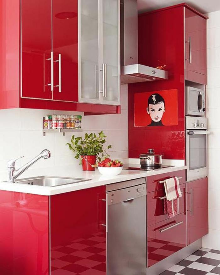 cuisine en longueur, meubles en rouge et blanc, plan de travail en blanc, carrelage en damier, motifs échiquier