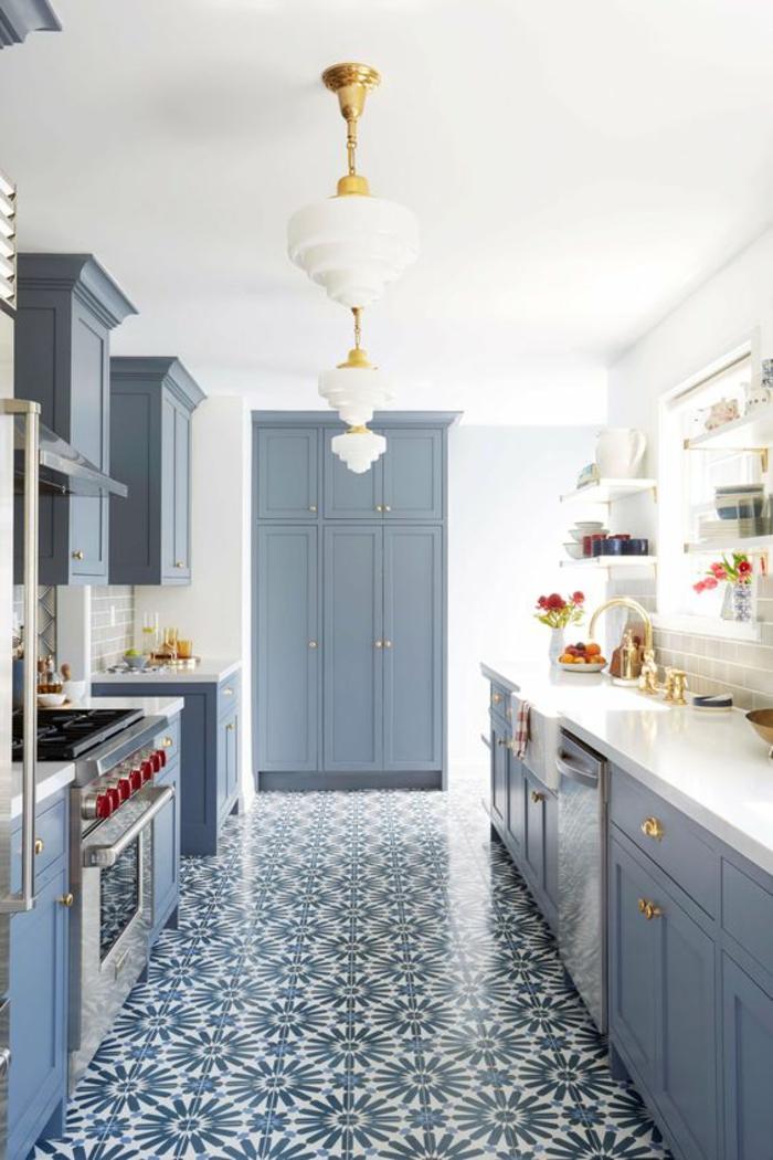amenagement petite cuisine, cuisine en longueur, avec carrelage en style mauresque, trois luminaires en partie métal couleur or et abat-jour en verre blanc opaque