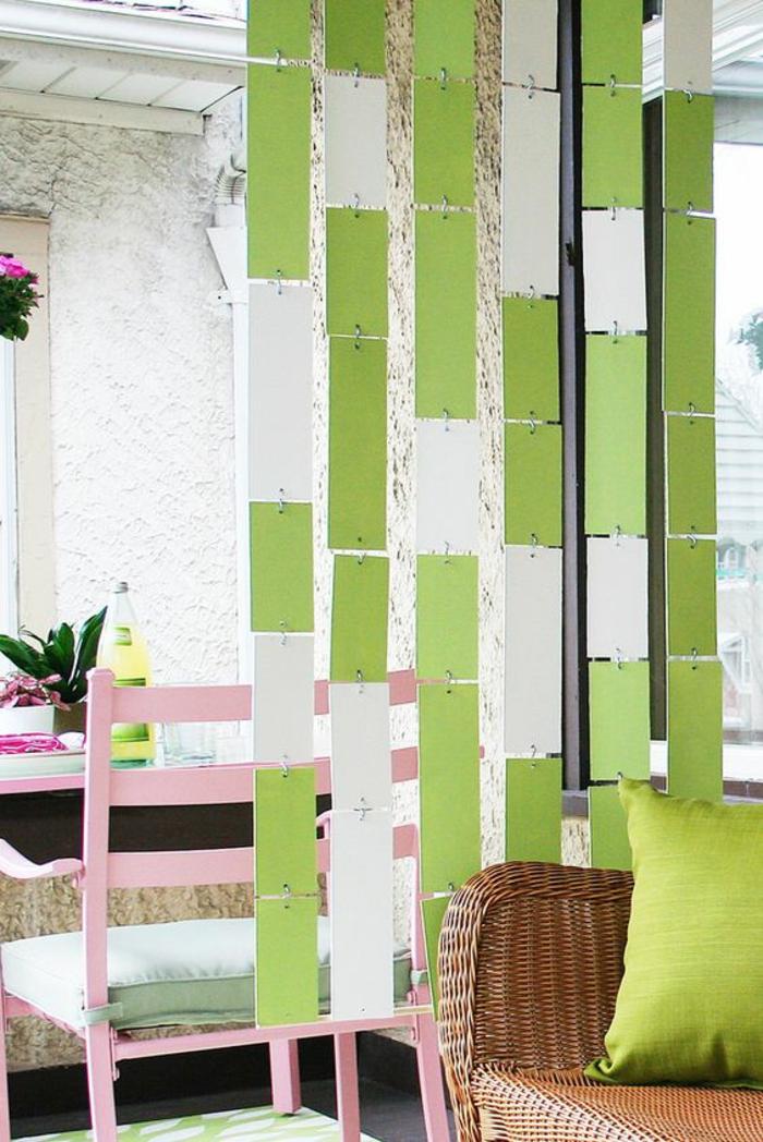 separation de piece sans percage, avec des rectangles décoratifs suspendus en blanc et réséda, aménagement style boho chic
