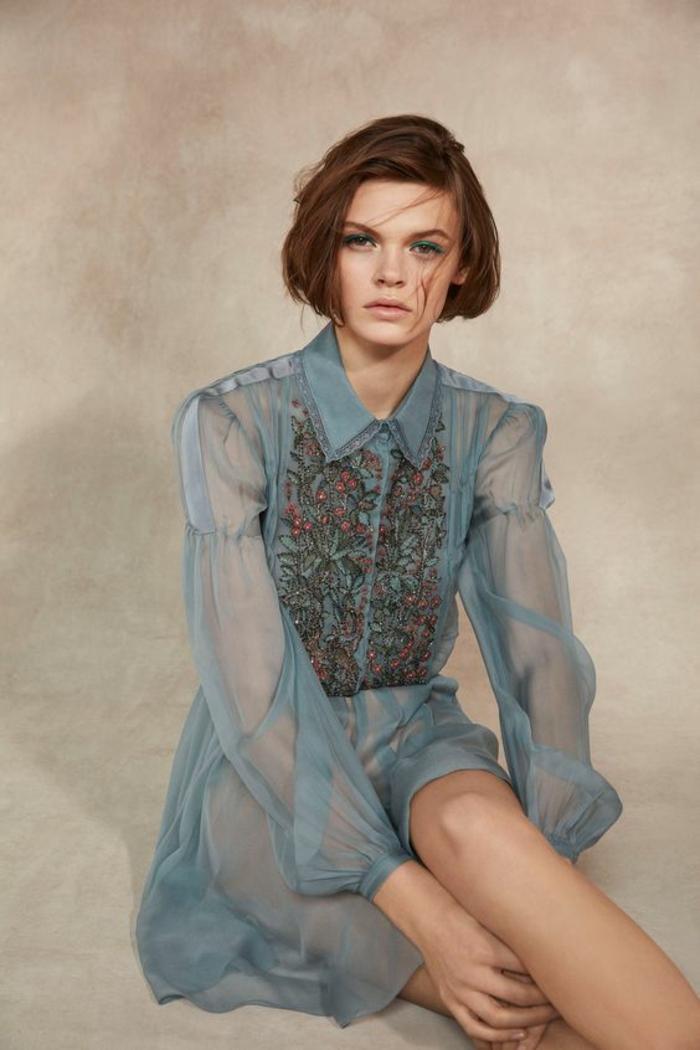 robe en-bleu pétrole semi-transparente, col claudine, buste décoré de pierres multicolores, tenue chic et choc
