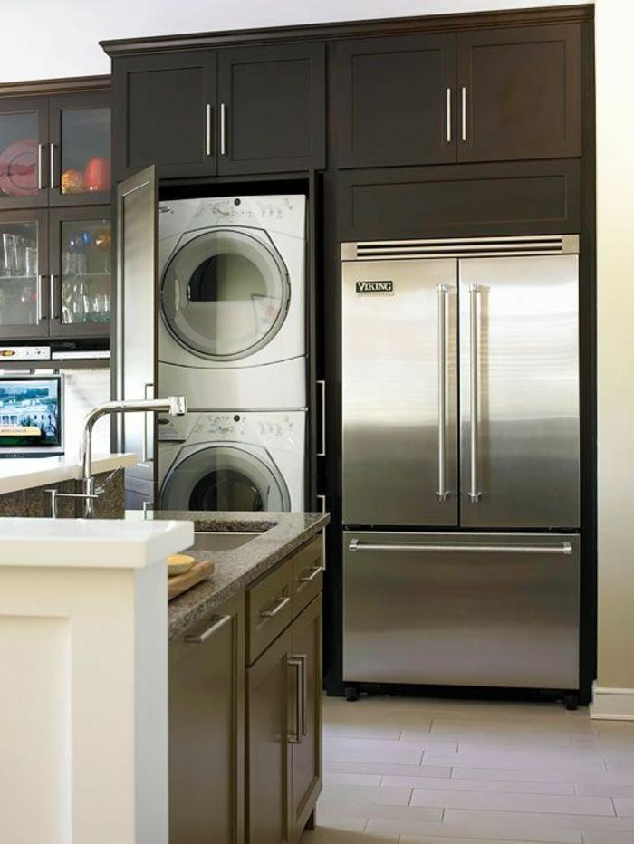 petite cuisine, aménagement cuisine intégrée, avec deux machines à laver, meubles de cuisine en marron clair
