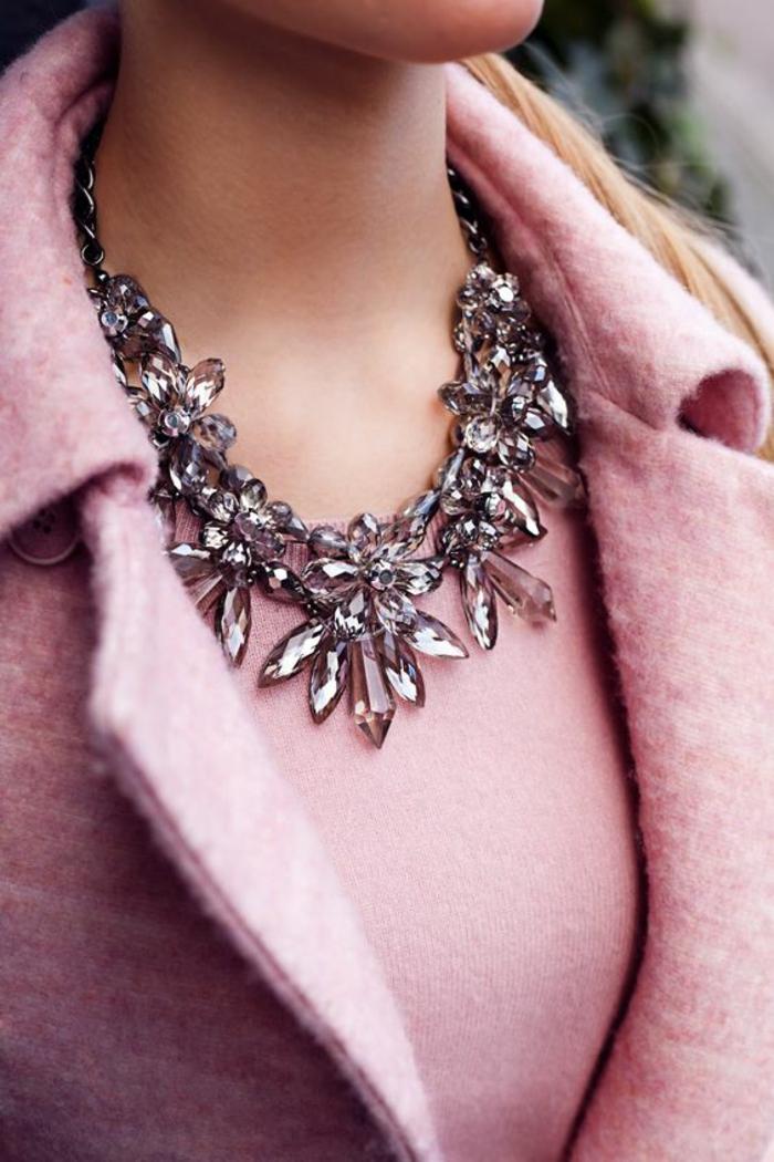 tenue chic détail choc, veste en laine en rose bonbon de type Chanel, collier en verre fumé massif, pour une soirée chic et choc