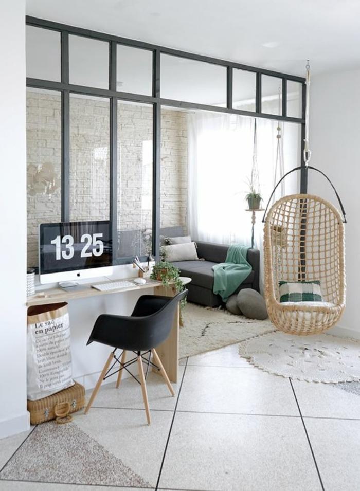 séparation chambre salon, separation verriere, style d'aménagement boho chic, fauteuil en rotin clair suspendu au plafond blanc