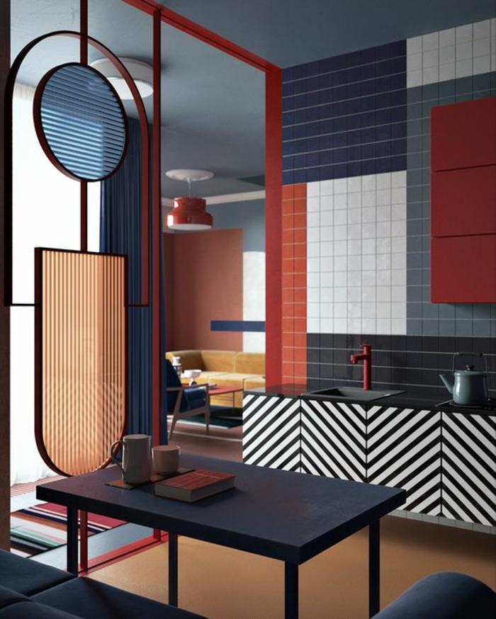 cloison separation de type vitrail coloré en bleu royal et rose, mosaïque en bleu, blanc et rouge au-dessus du lavabo