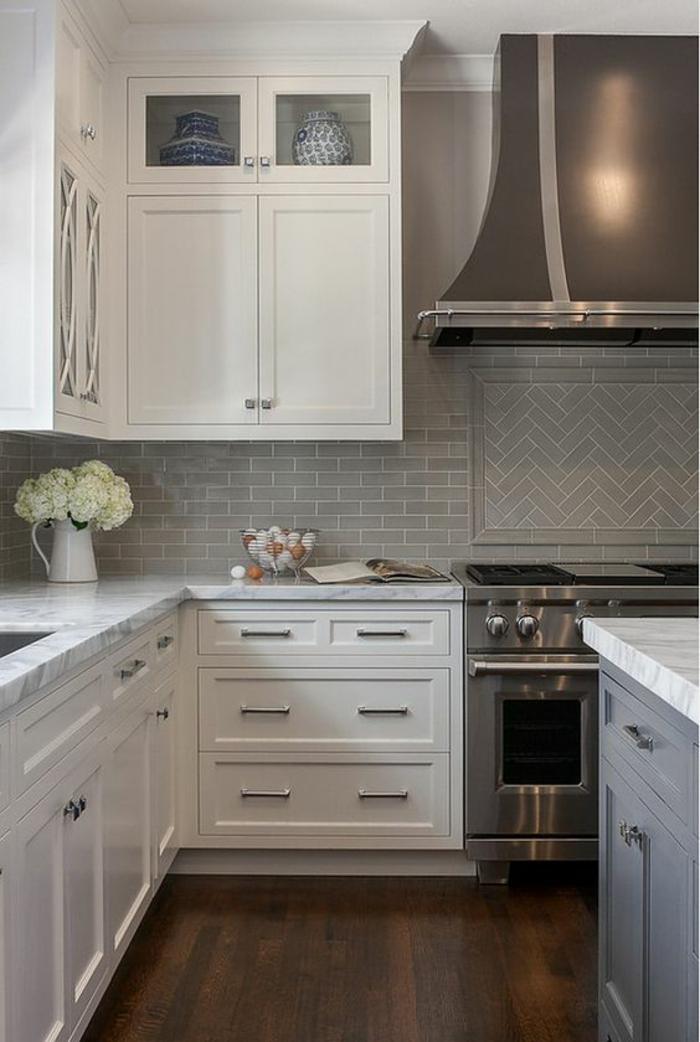 amenagement petite cuisine, cuisine en longueur, meubles en blanc, en style classique, fourneaux en couleur argent, îlot central en couleur bleu pastel