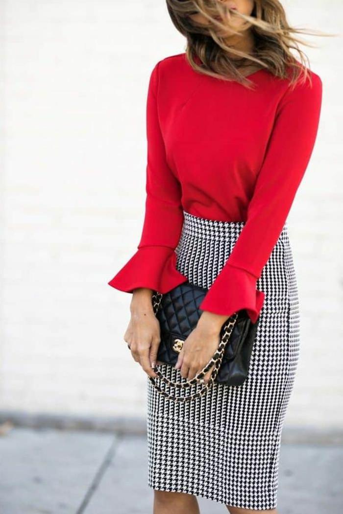 blouse rouge avec des volants sur es ourlets des manches longues, jupe crayon taille haute moulante carreaux noirs et blancs, chic détail choc
