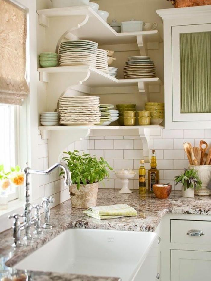 meubles de cuisine en longueur, cuisine petit espace, crédence en briques blanches, étagères en blanc en style classique, accents en vert réséda