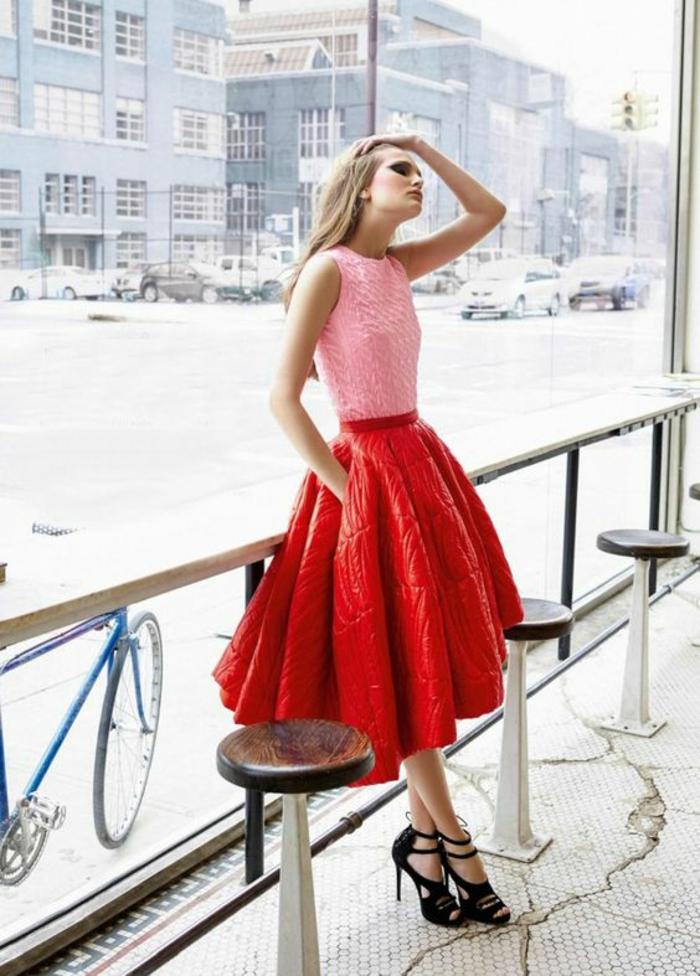 jupe fortement évasée en rouge, top sans manches en rose bonbon, sandales noirs talons aiguilles avec des lacets noués devant, soirée chic et choc comment s habiller