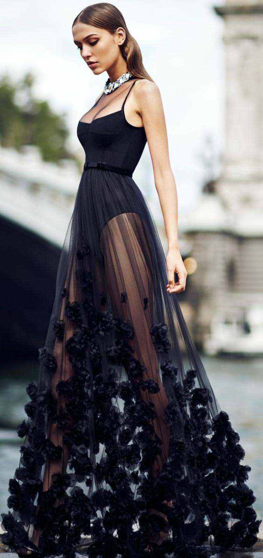robe en noir, avec top sans manches de type body, décolleté échancré, jupe transparente en organza, idée tenue soirée chic détail choc