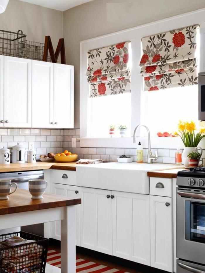 amenagement petite cuisine, îlot central en blanc et marron, fourneaux en couleur argent, crédence en briques roses
