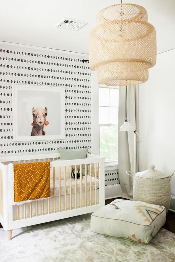 décoration chambre extravagante, grand luminaire abat-jour, coussin de sol, lit bébé blanc, papier peint graphique
