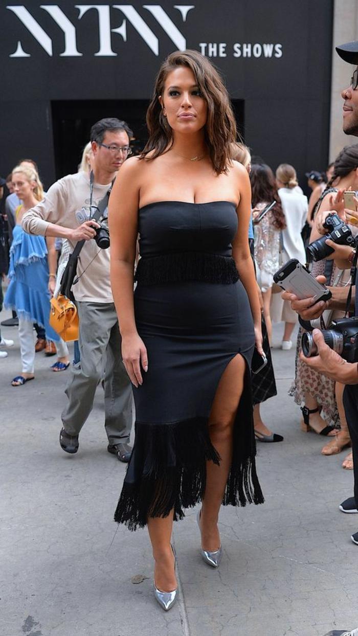 robe pour femme ronde elegante en noir, avec fente sur la jambe gauche, bustier, sans manches, ourlets de la robe en dentelle noire
