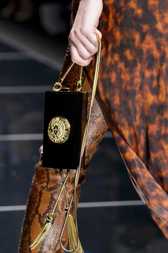 imprimés de léopard, tunique, modèle de Balmain, haut chic bas choc, sac pochette micro en noir, logo créateur, chaîne en couleur or