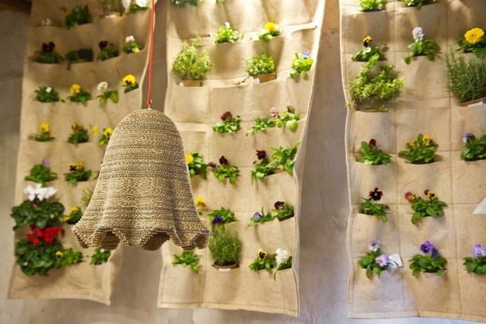 décorer avec des plantes, utiliser des poches en jute pour planter une déco intérieure