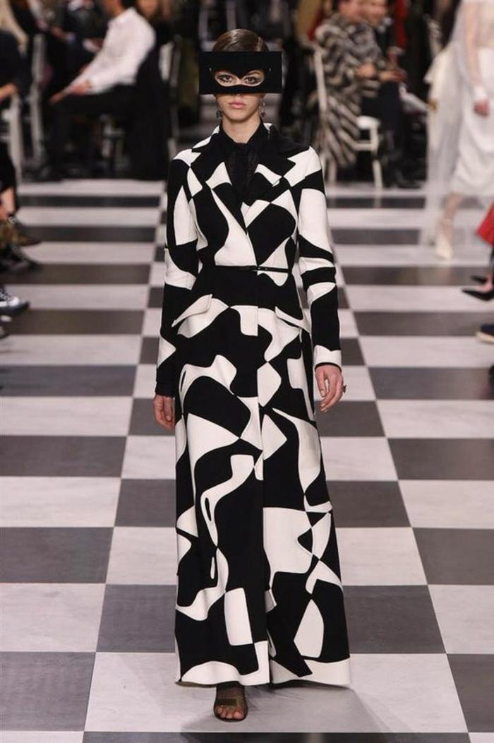 manteau avec des motifs graphiques en noir et blanc, thème chic et choc, jupe évasée, ceinture taille fine