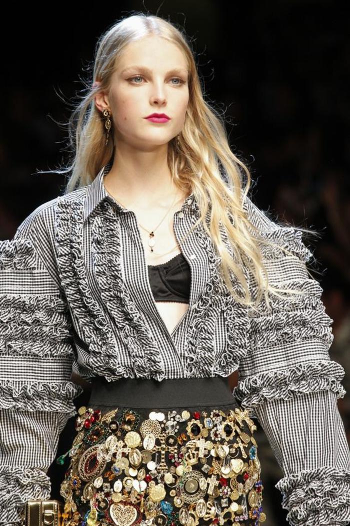 chemise mini carreaux noirs et blancs, manches larges avec des volants, tenue chic et choc, jupe crayon taille haute richement ornée de grandes pierres colorées