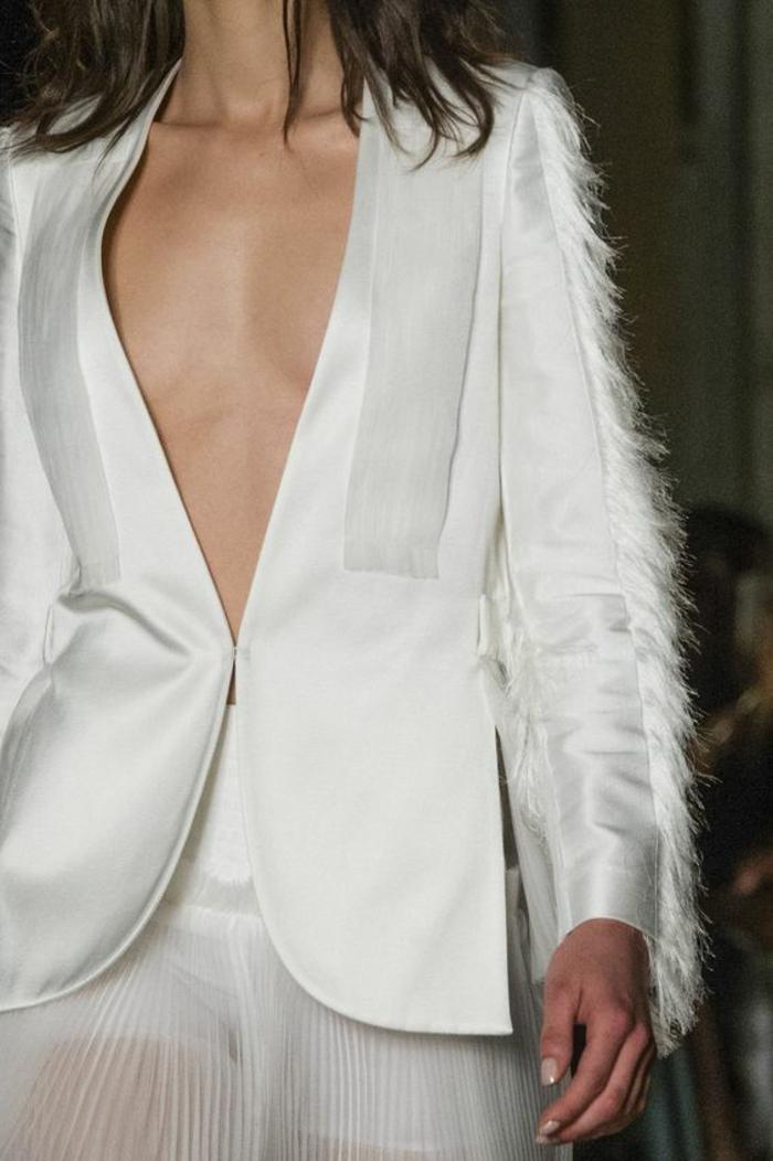 veste blanche Genny, plumes délicates sur les manches longues, soirée chic détail choc, jupe plissée blanche semi-transparente