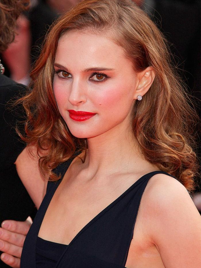 cheveux détachés de Natalie Portman, lèvres rouges, eyeliner souligant les yeux