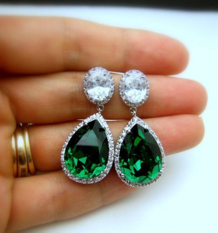 boucles d'oreilles avec émeraude goutte et des grands cristaux blancs, soirée chic détail choc, accessoires raffinés