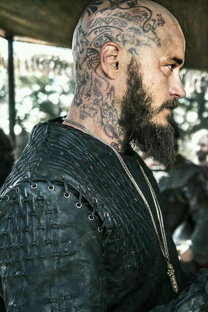 Acteur les vikings tatouage sur la tête tatouage nordique signification