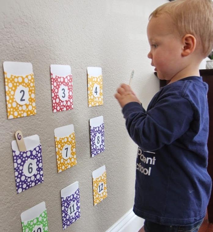 activité enfant 3 ans, des pochettes colorées et numérotés avec des batonnets a glace avec chiffres à ranger