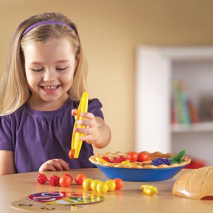 activité enfant 3 ans avec materiel montessori des fruits en plastique à ranger dans une assiette avec pate imitation, tarte aux fruits
