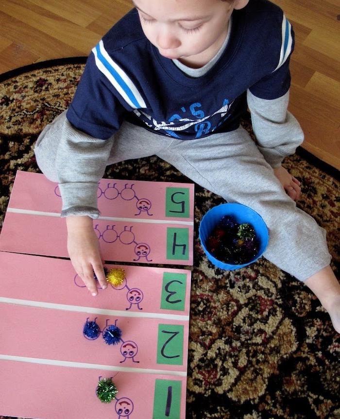 activité manuelle maternelle, apprendre les chiffres et comment compter, chenille, pompons colorés nombre divers, apprentissage ludique, materiel montessori