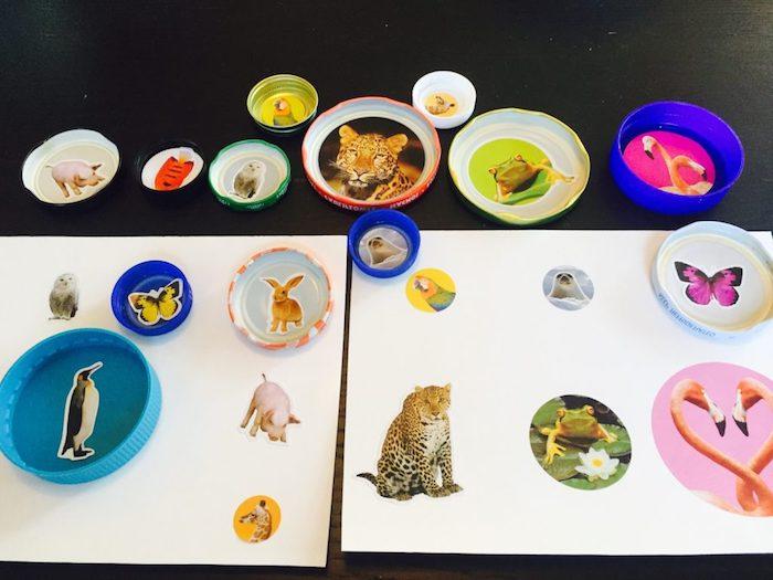 jeu d association activite enfant 3 ans, bouchons de bouteilles avec des photos d animaux collés sur le fond et des stickers animaux sur papier à associer