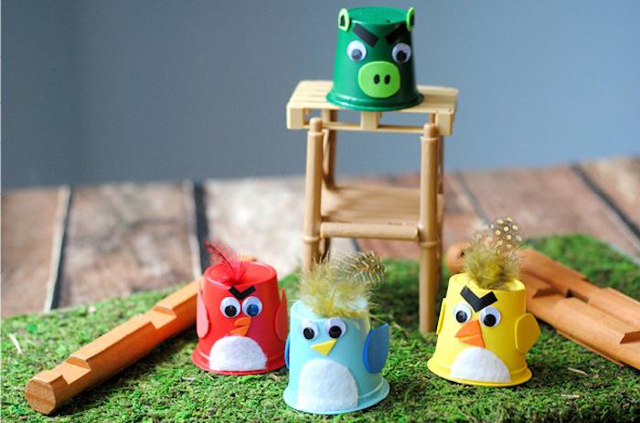 activités montessori, idée de recyclage de gobelet en plastique avec décoration de papier, feutrine et plumes colorés, faire de petits poussins, montessori materiel