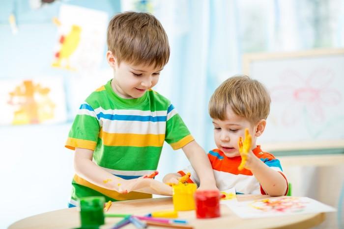 dessin à empreintes de main, idée d activité manuelle maternelle simple, montessori methode, aterlier créatif