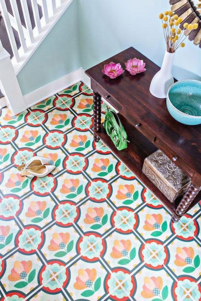 adhesif carreau de ciment, table en bois foncé, sol multicolore, peinture murale bleue