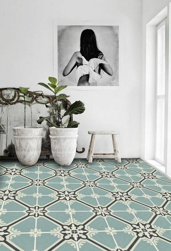 sol bleu et blanc, deux grands pots de fleurs, photographie, adhesif carreau de ciment,
