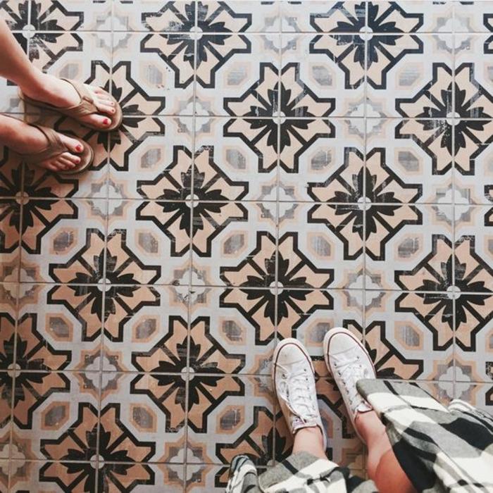 adhesif carreau de ciment, sol moderne avec des motifs traditionnels aux patterns symétriques