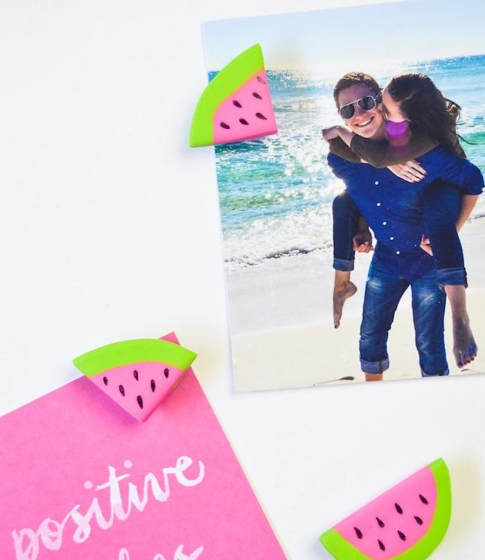 figurines en fimo aimantées en forme de tranches de pastèque, comment accrocher des photos sur un frigo