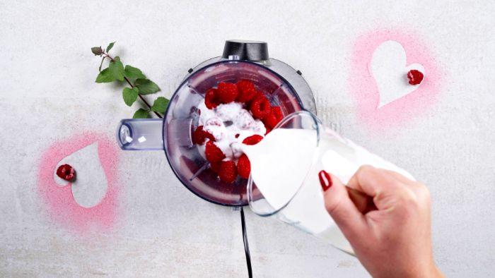 ajouter du lait pour faire panna cotta framboise exemple de dessert léger et facile à faire diner amoureux